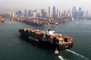 コンテナ船事業は、世界的な船余りで低運賃が続いている=日本郵船提供