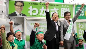 10月の衆院東京10区補選で「がんばろう」と拳をあげる(右から)若狭勝氏と二階俊博・自民党幹事長。左端は小池百合子・東京都知事=10月11日午前、川村直子撮影