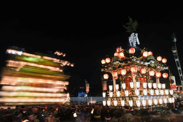 市役所前の「御旅所」に山車が次々と到着し、祭りは最高潮を迎える=2015年12月3日、秩父市