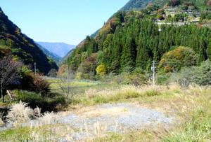 南アルプストンネル掘削残土の仮置き場計画地。右上方が釜沢集落=大鹿村