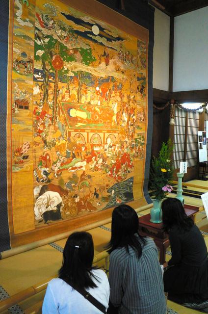 清浄華院で公開されている海北友賢筆「大涅槃図」=上京区