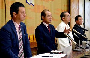 記者会見する博多祇園山笠振興会の豊田侃也会長(左から2人目)=福岡市博多区
