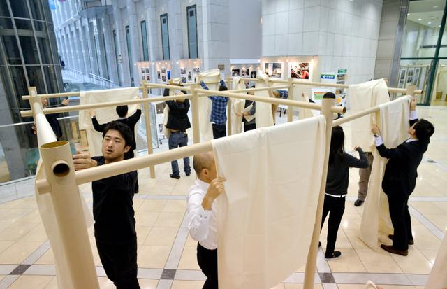 実演された避難所の「間仕切りシステム」=新宿区歌舞伎町のハイジア
