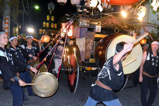 午前0時の合図で一斉に太鼓や鉦を打ち鳴らす桑名石取祭の「叩(たた)き出し」の様子=2014年8月2日、桑名市