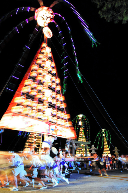 舟形万灯がひき回される「魚津のタテモン行事」=魚津市諏訪町