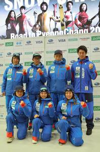 今季の活躍を誓う(後列左から)葛西紀明と渡部暁斗、(前列真ん中の)高梨沙羅ら
