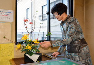 25年間、朝倉交番に生け花を提供してきた西沢佐代さん=高知市曙町1丁目の朝倉交番