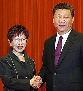 北京の人民大会堂で1日、握手する中国の習近平・共産党総書記(右)と台湾の洪秀柱・国民党主席(新華社)=AP
