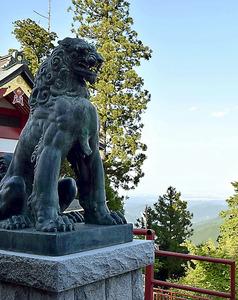 御岳山頂の武蔵御嶽神社に鎮座するニホンオオカミの像=青梅市