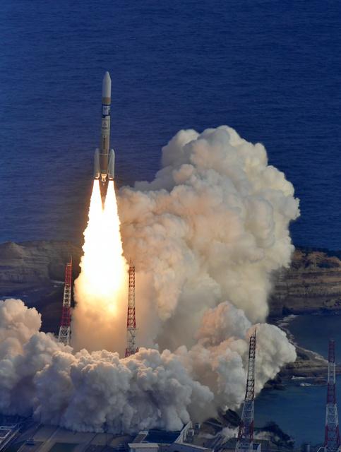 気象衛星「ひまわり9号」を載せ、打ち上げられるH2A31号=2日午後3時20分、鹿児島県南種子町、朝日新聞社ヘリから、福岡亜純撮影