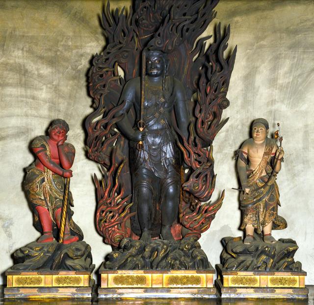 妙法院で公開されている不動明王像(中央)=東山区、妙法院提供