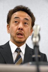 提訴後の記者会見で「ひげを生やす自由を認めて」と訴えた河野英司さん=3月、大阪市北区