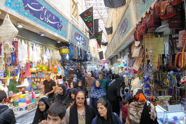 買い物客でにぎわうテヘランのタジリッシュ・バザール=1日、神田大介撮影