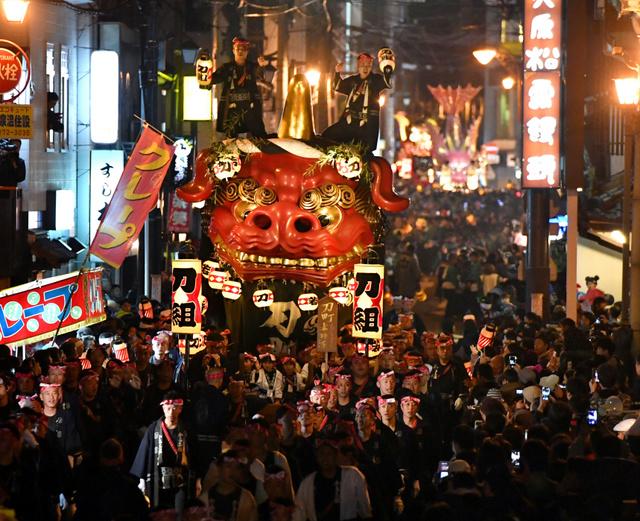 歓声の中、威勢のいいかけ声とともに通りを巡る曳山(やま)=2日夜、佐賀県唐津市、日吉健吾撮影