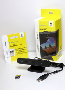 写真1 マウスコンピューターの「USB指紋認識リーダー FP01」(写真左、店頭価格5380円)と「顔認証カメラ CM01」(写真右、店頭価格8620円)。左手前の小さな端子がFP01の本体