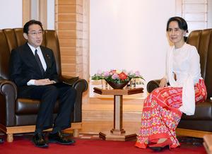 岸田文雄外相(左)と会談するミャンマーのアウンサンスーチー国家顧問兼外相=3日午前、東京都千代田区、代表撮影