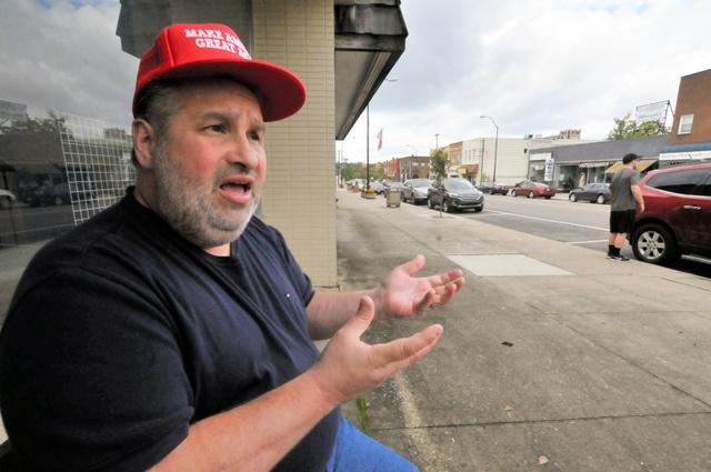 写真①「トランプ大統領」の待望論を語るミグリオッジさん。帽子にはトランプ氏のキャッチフレーズ「米国を再び偉大に」=オハイオ州ジラード、金成隆一撮影