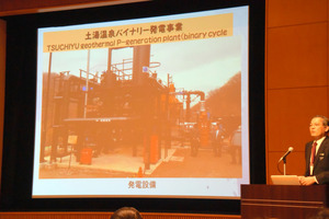 土湯温泉の熱を利用する発電設備を紹介する飯舘電力の千葉訓道さん=福島市三河南町