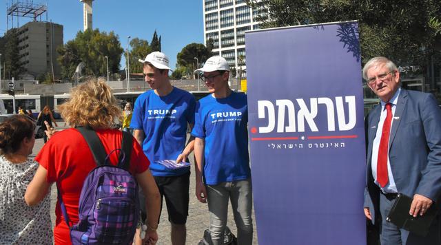 イスラエル中部テルアビブ中心部で、米大統領選の投票を呼びかけるトランプ陣営のボランティアら=10月19日、渡辺丘撮影