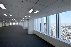 42階のオフィスフロア。窓からは名古屋城など市街地が一望=4日午前、名古屋市中村区、小川智撮影