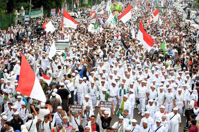ジャカルタで4日、知事に抗議するイスラム教徒らがデモ行進した=AFP時事