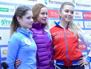 GPロシア杯の女子SPで上位を占めたロシア勢。首位のアンナ・ポゴリラヤ(中央)、2位のエレーナ・ラジオノワ(右)、3位のユリア・リプニツカヤ(左)