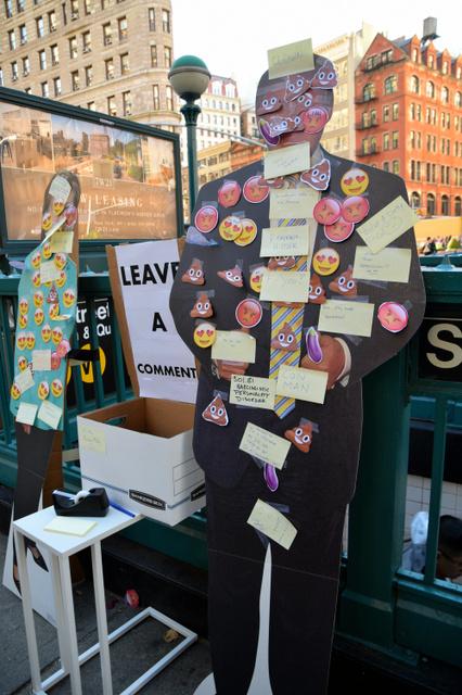 トランプ氏のパネルには「ウンコ」のマークが多く貼り付けられ、メッセージも批判的なものが多かった=4日午後、米ニューヨーク、杉崎慎弥撮影
