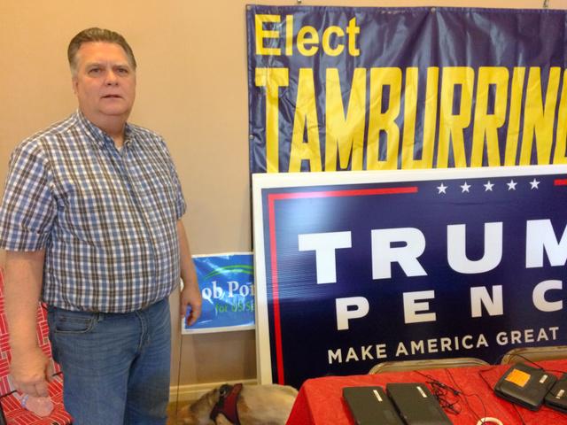 写真①激戦地オハイオ州トランブル郡の共和党委員長、ランディ・ローさんは日曜日も事務所で働いていた=10月2日、オハイオ州トランブル郡、金成隆一撮影
