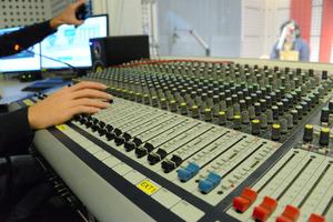 アルガッドのスタジオ。24時間途切れることなくモスルに声を届ける=2日、渡辺淳基撮影