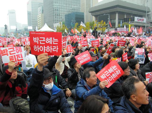 5日午後、ソウル市内で行われた抗議集会。参加者は「朴槿恵は辞任しろ」と叫んだ=牧野愛博撮影