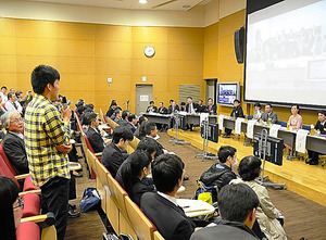 「大阪レビュー」で質問をする男子大学生(左)=5日、大阪府豊中市の大阪大