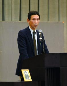 娘の写真を置き、交通事故の悲惨さを話す佐藤清志さん=鹿嶋市の清真学園