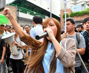 """デモ行進で大声をあげる游<Asajikai sjis=""""●(●はくさかんむりに惠)"""">蕙</Asajikai>禎議員=6日、香港、益満雄一郎撮影"""