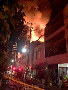 激しく炎を上げる住宅=大阪市生野区、読者提供