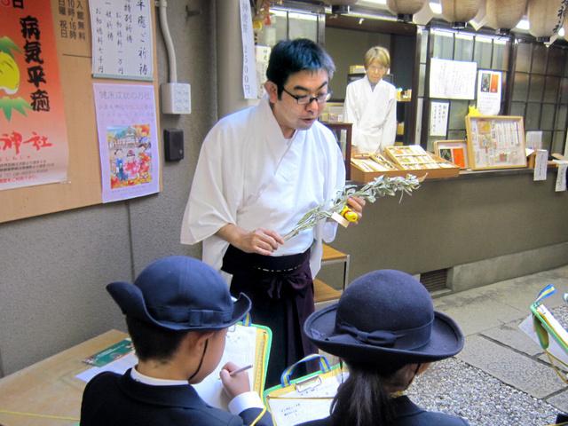 児童に神農祭の説明をする別所賢一さん=大阪市中央区