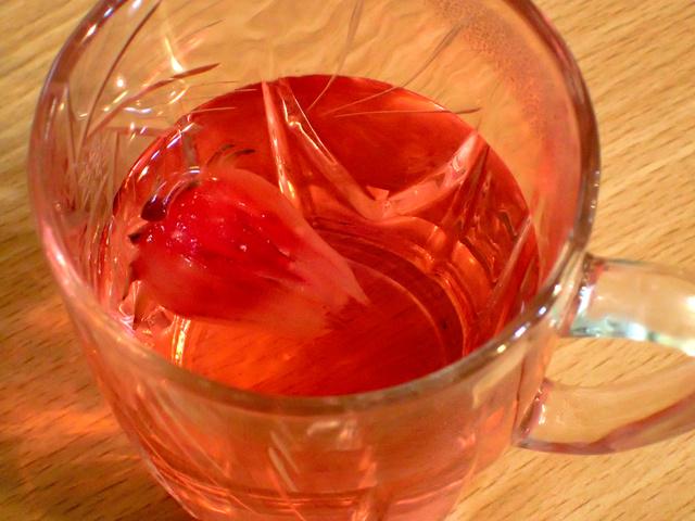 お湯を注ぐと、赤く色づいた。酸味があり、ハイビスカス茶やローズヒップ茶のよう=神田大介撮影