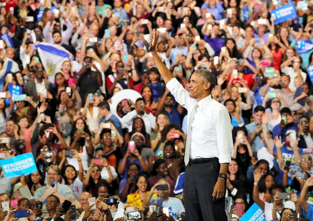 オバマ大統領が登壇すると大歓声が沸き起こった=10月28日午後、オーランド、矢木隆晴撮影
