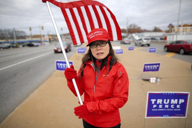 週末ごとにトランプ支持の旗を振る中国系移民のジェシカ・チャンさん(40)。「クリントン氏がEメールを消去したことが一番問題だ。腐敗している」=5日午後、ニューハンプシャー州マンチェスター、矢木隆晴撮影
