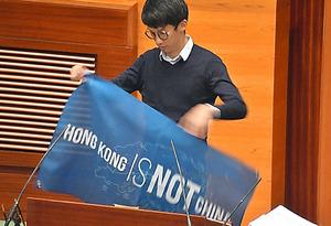 <問題の発端> 「香港は中国ではない」と書かれた横断幕を議場で広げる梁氏=10月12日、香港、益満雄一郎撮影