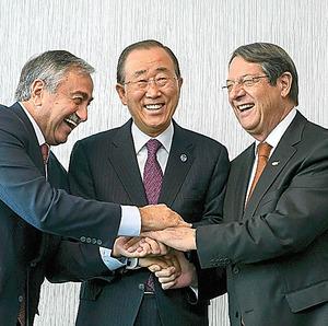 7日、キプロス共和国のアナスタシアディス大統領(右)、北キプロスのアクンジュ大統領(左)と握手する潘基文・国連事務総長=ロイター