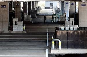がらんとした豊洲市場の水産仲卸売場棟=7日午後、東京都江東区豊洲、嶋田達也撮影