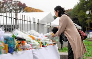 現場近くの献花台を訪れた近くに住む女性。5歳の娘の母親で「いてもたってもいられなくなって。こんな近くで(事故が起こるなんて)信じられない」と話した=8日午前10時15分、東京都新宿区霞ケ丘町、林紗記撮影