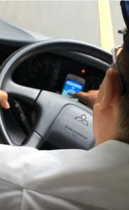 バスの運転中に「ポケモンGO」で遊んでいる運転手の様子を撮影した投稿動画=ユーチューブから