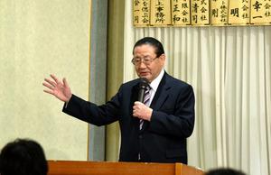 山崎拓氏は、加藤紘一氏の護憲の姿勢に感化された、と語った=新庄市内