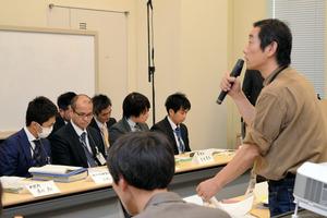 住宅の無償提供の継続を復興庁や内閣府などの担当者に訴える自主避難者(右)=東京・永田町
