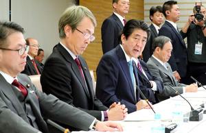 経済財政諮問会議であいさつする安倍晋三首相(左から3人目)=8日午後6時6分、首相官邸、岩下毅撮影