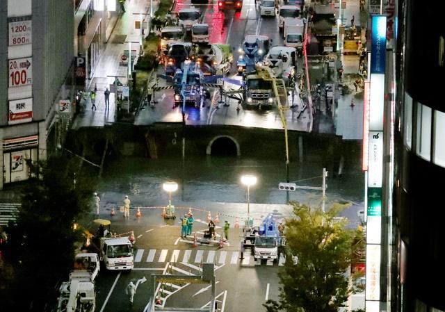 ライトに照らされ、陥没現場の復旧工事が進んだ=8日午後5時26分、福岡市博多区、小宮路勝撮影