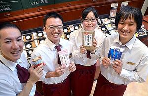 おすすめの塩をもつ木内伸店長(右端)ら「ソルトソムリエ」のみなさん=東京・麻布十番