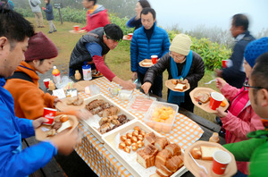 太平山での朝ごはん。「霧が立ちこめて神秘的」と声が上がった=10月26日、島根県大田市三瓶町