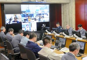 関係機関とテレビ会議で情報共有する県職員=県庁